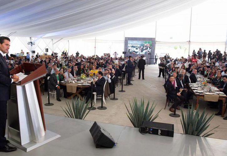 La suma de esfuerzos entre gobierno y sociedad es la que hace posible que se tengan estas cifras en empleo, aseveró Peña Nieto. (Presidencia)
