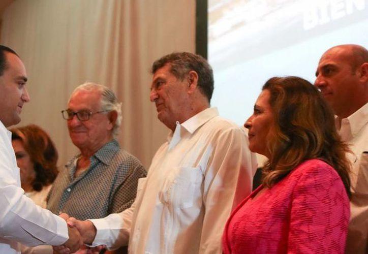 El gobernador Roberto Borge Angulo y Roberto Antonio Cintrón Díaz del Castillo, en el protocolo de presentación. (Redacción/SIPSE)