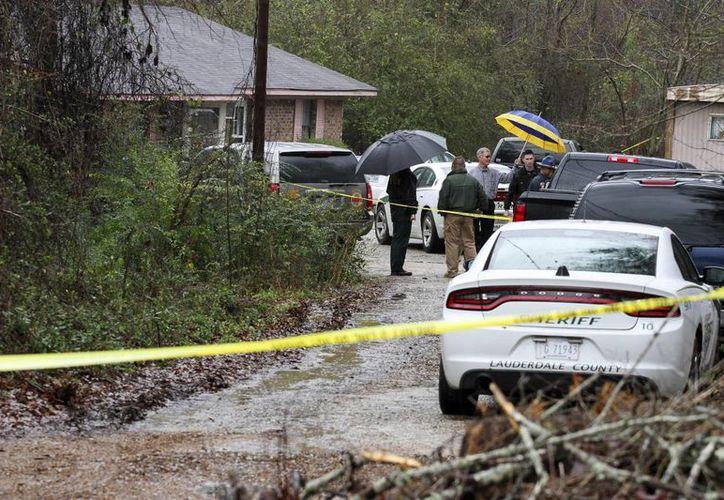 Las autoridades del condado de Lauderdale investigan las muertes por disparos de cuatro miembros de una familia, entre ellos un niños de cinco años, en Toomsuba, Misisipi, EU. Imagen del lugar donde sucedió la tragedia. (Paula Merritt / The Meridian Star vía AP)