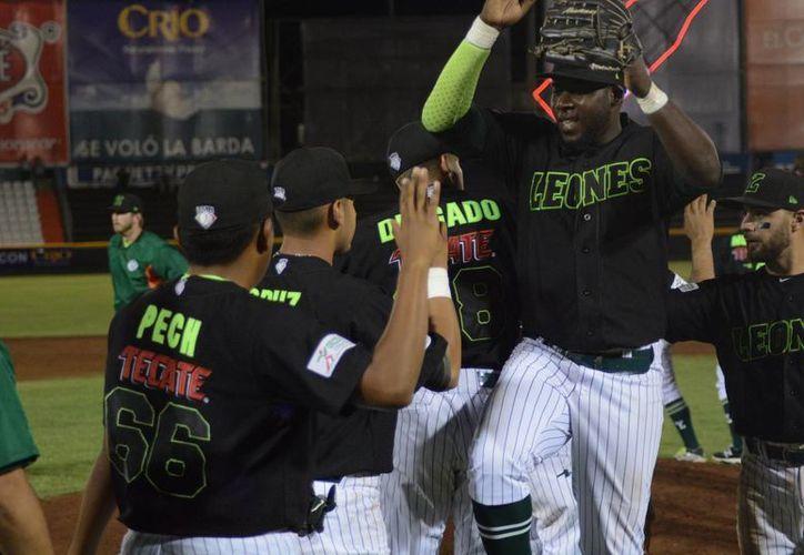 Integrantes de Leones de Yucatán al festejar un hit en el estadio Kukulcán. Hoy se enfrentan a Broncos de Reynosa. (Facebook Leones de Yucatán)