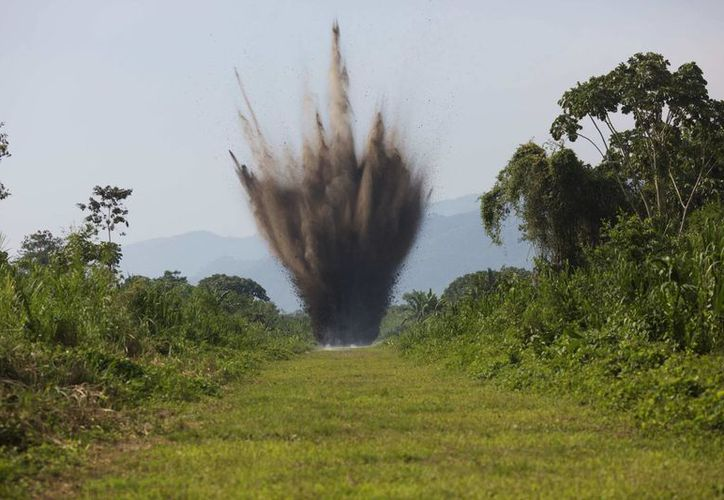 Imagen de la detonación de explosivos en una pista clandestina de hierba en la región del Valle del Río Apurímac, Ene y Mantaro (VRAEM). (Agencias)