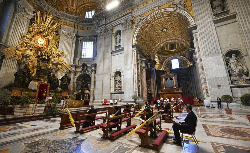 El Papa Francisco sostiene una rama de palma mientras celebra la Misa del Domingo de Ramos a puertas cerradas en la Basílica de San Pedro, en el Vaticano. (Foto AP / pool / Alberto Pizzoli)