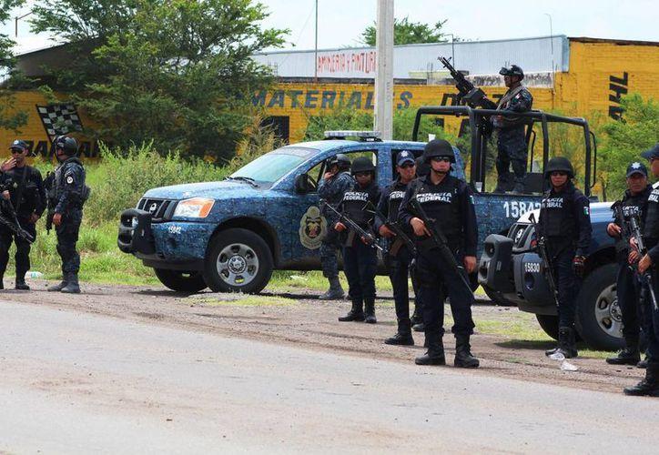 Imagen de los elementos de la Gendarmería Nacional cuando comenzaron su labor de vigilancia en la región de La Ruana y Tepalcatepec en la tierra caliente michoacana. (Notimex)