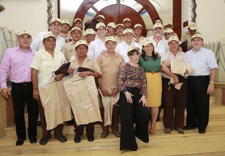 Boleadores de la Plaza Grande de Mérida con los uniformes que recibieron. (Cortesía)