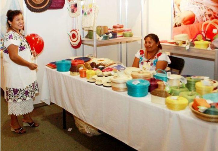 La Comisión para el Desarrollo de los Pueblos Indígenas abre espacio para la comercialización directa del trabajo artesanal. Imagen de su participación en la Expo Feria del Comercio. (Milenio Novedades)