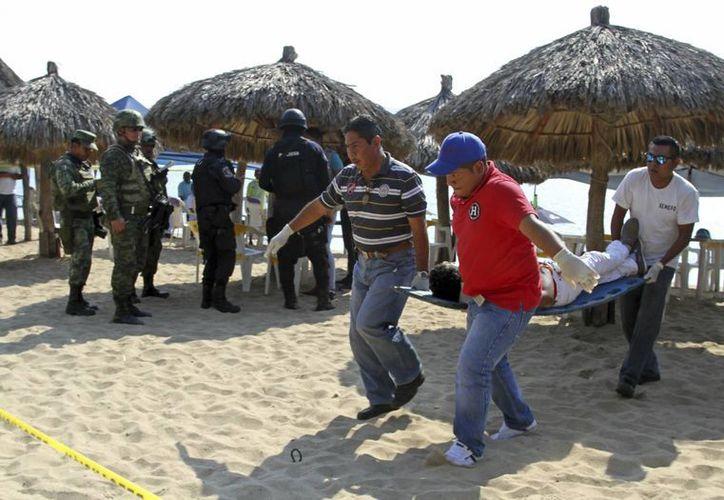 El doble homicidio se registró en la playa Tamarindos, en Acapulco. (AP/Bernandino Hernandez)