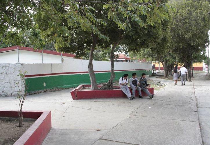 Las obras en jardines de niños, primarias y secundarias, deberán estar listas a finales de enero del 2015. (Tomas Álvarez/SIPSE)