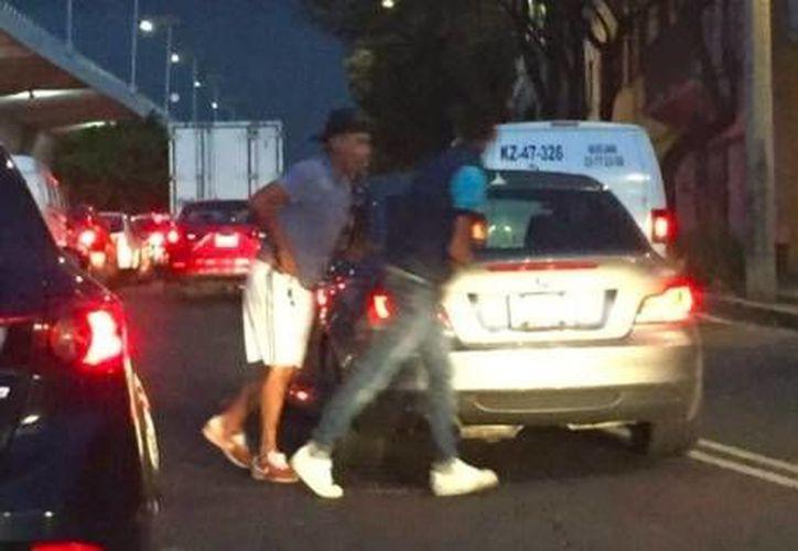 Los presuntos asaltantes de un Mercedes Benz en la Ciudad de México fueron captados cruzando la vialidad a pie. (Foto especial tomada de Milenio)