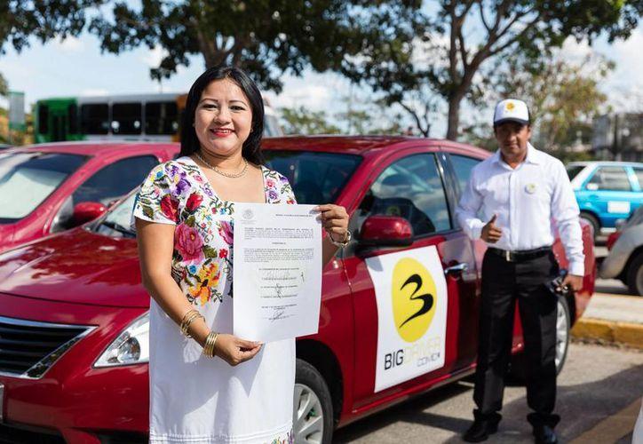 Representantes de Big Driver con el permiso del Gobierno estatal. (Fotos cortesía del Gobierno)