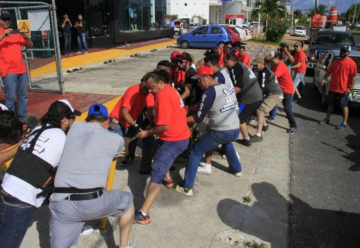 Los jóvenes arrancaron objetos bajo el supuesto de que ayudan a recobrar espacios públicos. (Tomás Álvarez/SIPSE)