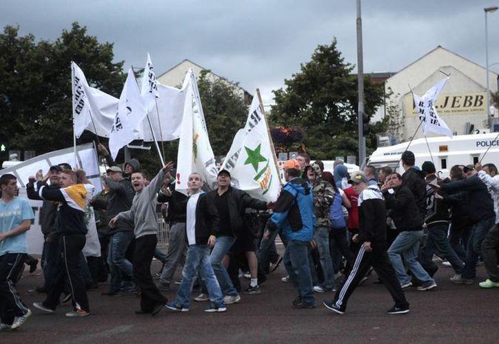 Los manifestantes unionistas se enfrentaron contra los nacionalistas el viernes. (Agencias)