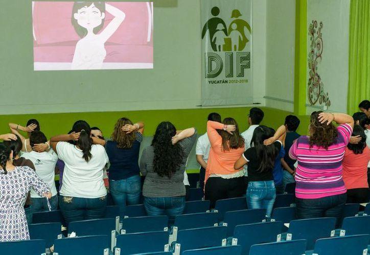 Las más de 80 asistentes escucharon las recomendaciones para detectar a tiempo los síntomas del cáncer de mama. (Cortesía/ DIF)