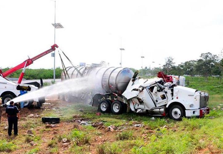 En el periférico de Mérida, una pipa se volcó y derramó parte de los 62 mil litros de combustible que llevaba. (Milenio Novedades)