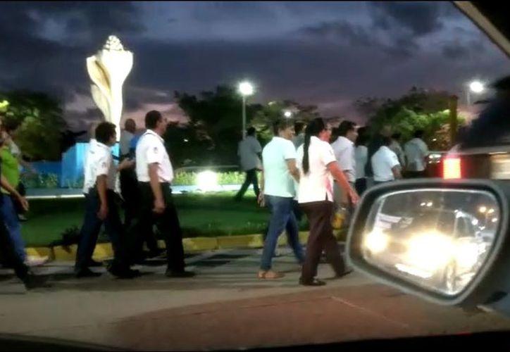Se manifiestan taxistas de Cancún en la Glorieta del Ceviche (Foto: Eric Galindo)