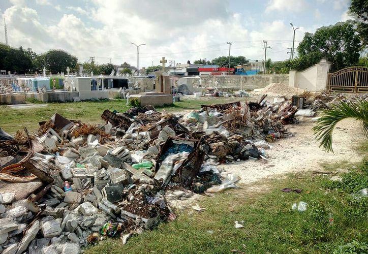 Habitantes de la Región 99 se quejaron por los desechos de las criptas, cajas funerarias, cruces y material de construcción. (Paola Chiomante)