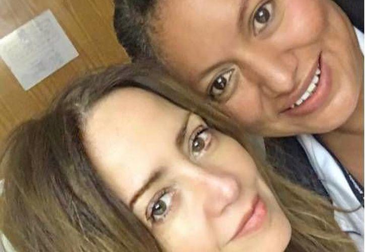 La conductora compartió en su Instagram una fotografía con una de sus enfermeras. (Instagram@andrealegarreta)