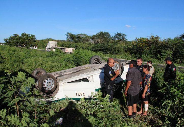 Una familia sobrevivió a esta volcadura en la carretera Mérida-Campeche. (Foto: Aldo Pallota/SIPSE)