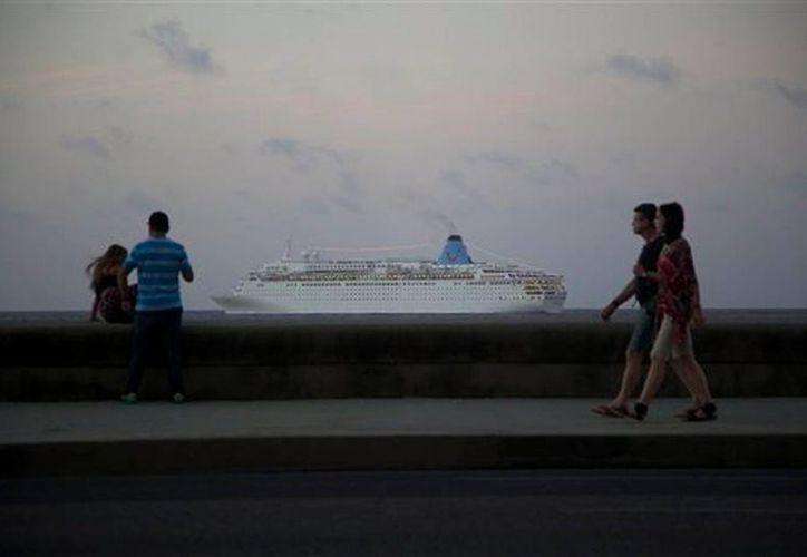 Una línea de cruceros figura entre las empresas que Washington removió de una lista que les prohibía hacer negocios con EU. (AP)