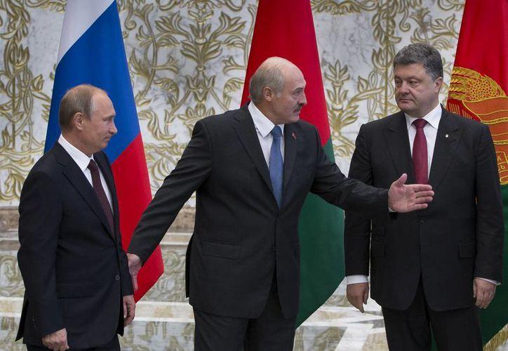 En la imagen se observa a Vladimir Putin presidente de Rusia; Alexander Lukashenko mandatario de Bielorrusia; Petro Poroshenko presidente de Ucrania y a la directora de política exterior de la Unión Europea Catherine Ashton. (Agencias)