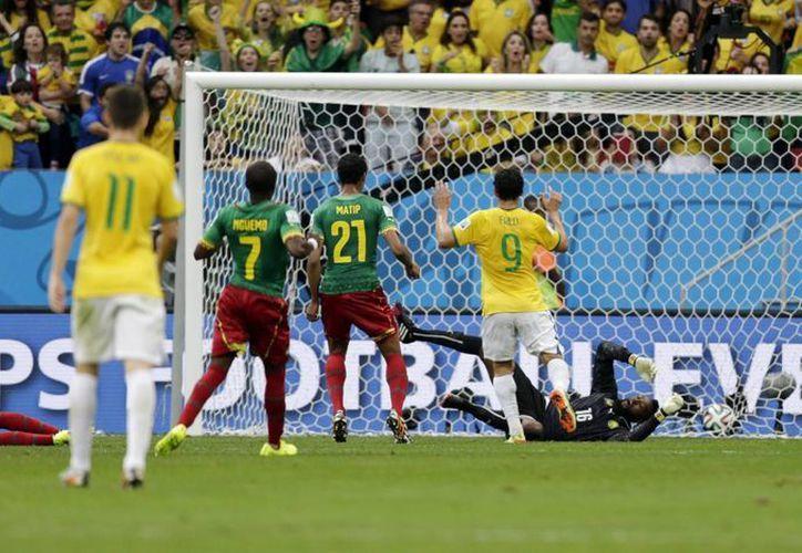 Neymar (i) poco a poco se convierte en la figura de este Mundial. Hoy hizo dos goles ante Camerún y llegó a cuatro. (Foto: AP)