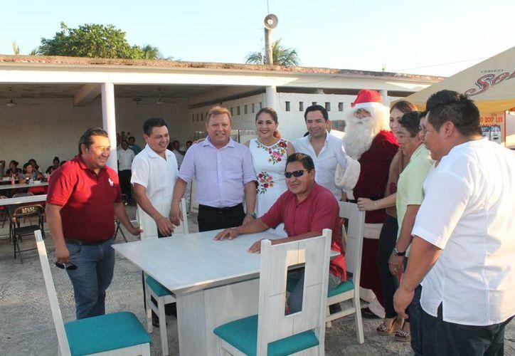 Los trabajadores participaron en la posada navideña. (Raúl Balam/SIPSE)