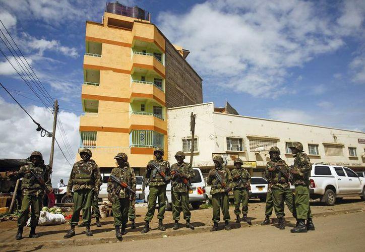 Oficiales de la policía keniana vigilan el lugar donde fue abandonado un vehículo sospechoso de contener explosivos, en el vecindario somalí de Eastleigh en Nairobi, Kenia, el pasado 24 de abril. (Foto de contexto: EFE/Archivo)