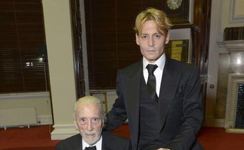 El actor británico Christopher Lee posa con el galardón Asociación del Instituto Cinematográfico de Londres que le dio en mano el actor estadounidense Johnny Depp durante la entrega de premios del Festival de Cine de Londres en la capital británica. (Agencias)