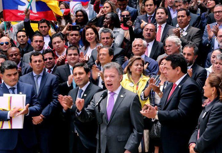 El Presidente de Colombia, Juan Manuel Santos (c), habla durante la entrega al Congreso colombiano el texto definitivo del acuerdo de paz con la guerrilla de las FARC. (EFE)