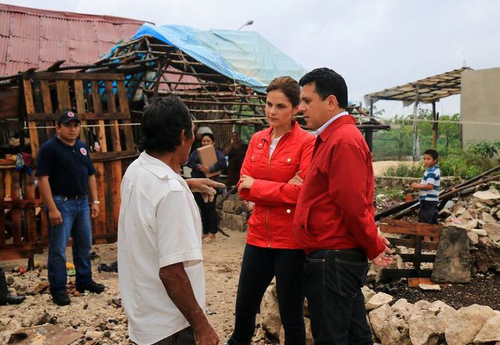 """El presidente municipal de Cozumel, Fredy Marrufo Martín,  visitó con su esposa, Gina Ruiz de Marrufo, colonias consideradas """"de riesgo"""" ante fenómenos hidrometeorológicos.  (Redacción/SIPSE)"""