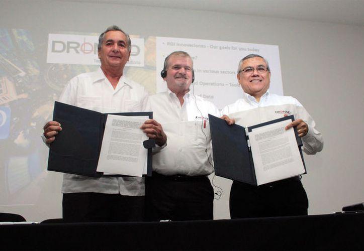 Carlos Sauri Duch, rector de la Universidad Modelo; Kenneth Roko, presidente y CEO del Grupo RGI y Hernán Cruz Nucamendi, director de operaciones de RGI-Innovaciones, durante la firma del convenio.