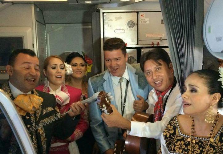 Los pasajeros del vuelo de Volaris fueron sorprendidos con la presencia de cantantes y bailarines cantó canciones mexicanas. (Xcaret/Cortesía)
