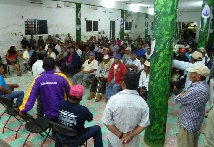 Los ejidatarios planean la convocatoria para el cambio de la presidencia de la comisaría ejidal. (Raúl Balam/SIPSE)