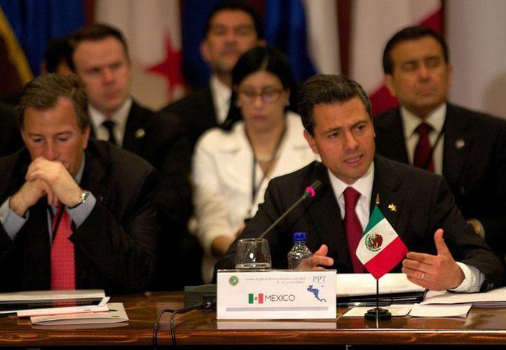 El presidente Enrique Peña Nieto, durante su participación en la I Cumbre México-Sistema de la Integración Centroamericana (Sica), en Costa Rica. En la imagen con el secretario de Relaciones Exteriores, José Antonio Meade. (Notimex)