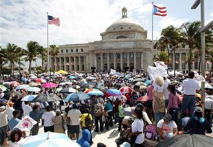 Numerosas personas protestan frente al capitolio en contra de que se promueva cualquier iniciativa a favor de la legalización del matrimonio entre personas del mismo sexo en San Juan, Puerto Rico. (Agencias)
