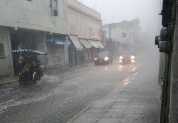 Las zonas de tormenta pueden estar acompañadas de descargas eléctricas, rachas de viento fuerte y caída de granizo. (SIPSE)