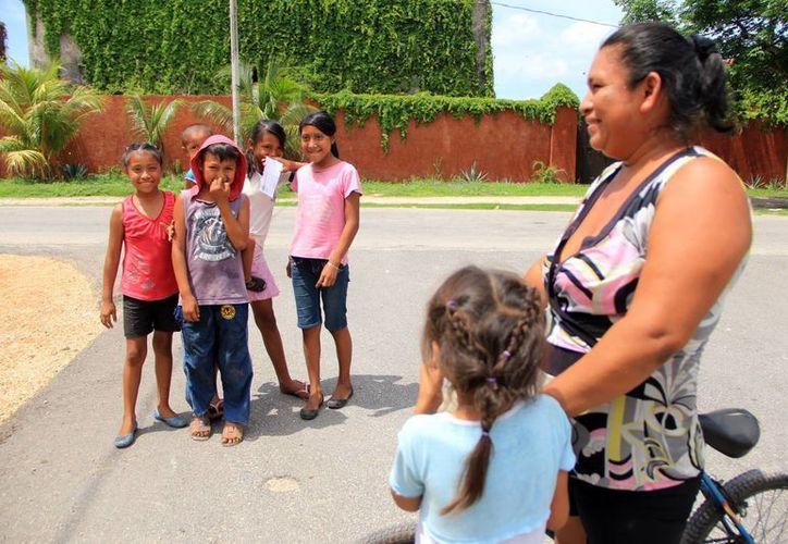 """Los niños """"enfermos"""" tienen que jugar en el parque en horas de escuela ante el temor de que puedan tener el virus y contagien a sus compañeros. (José Acosta/SIPSE)"""