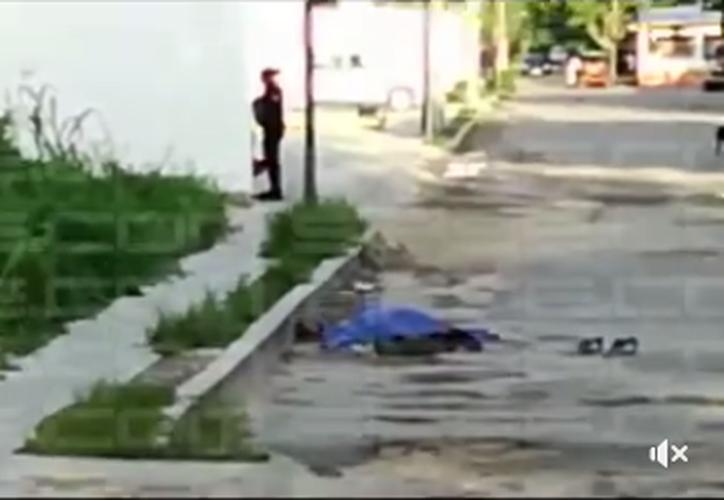 La víctima murió luego de ser atacado a golpes por sus tres presuntos asaltantes. (Captura de pantalla).