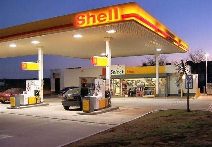 Consumidores serán los beneficiados inmediatos con la reducción de precios de la gasolina en todo Estados Unidos. (finanzasdigital.com)