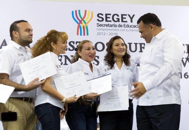 El Gobernador otorgó las acreditaciones a maestros. Se busca que en este año, dos de cada cinco docentes del Estado cuenten con su certificado en competencias. (Milenio Novedades)