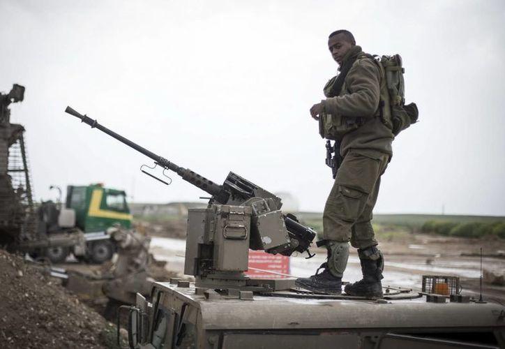 Un soldado israelí ajusta una ametralladora en las inmediaciones de una base militar, cerca de la Franja de Gaza, en Nahal Oz. (EFE)