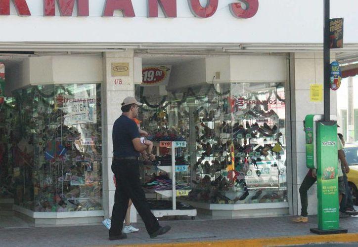 Las tiendas de ropa y calzado serán las más beneficiadas durante la temporada decembrina, según la Canaco. (Daniel Pacheco/SIPSE)