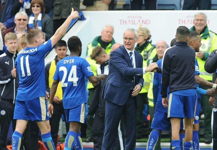 El italiano Claudio Ranieri festeja con sus pupilos. Sabe que está a unas jornadas de conseguir el sueño de muchos aficionados al futbol. (Archivo AP)