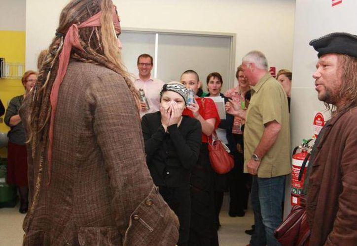 John Sparrow, es decir, Johnny Depp, convivió con niños en un hospital infantil en Australia. (cnnespanol.cnn.com)