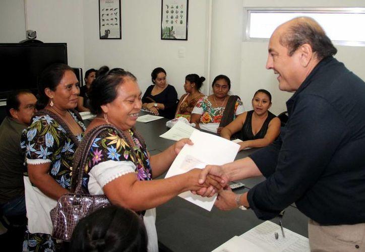 El delegado de la Semarnat entregó el pago de 22 mil pesos a ocho proyectos productivos y de conservación de recursos naturales en Yucatán. (Milenio Novedades)