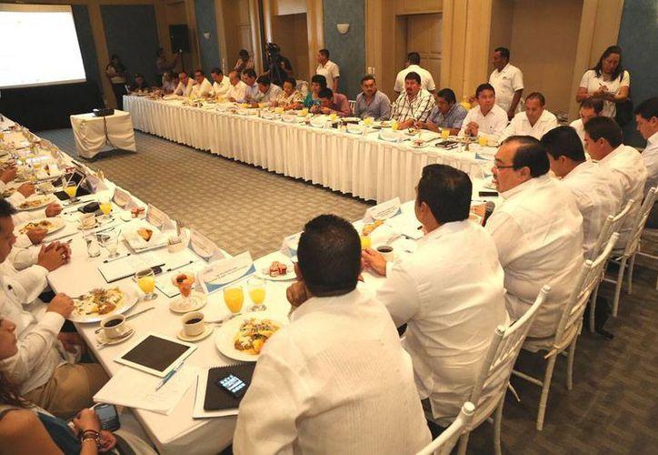 A la reunión también asistieron alcaldes que integran la Asociación de Municipios. (Cortesía)