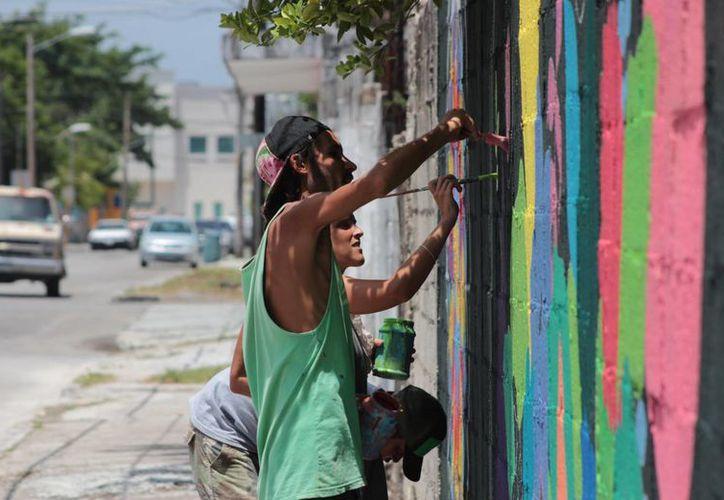 Pilar y Julia, dos artistas que han recorrido el continente americano plasmando su obras, primero en interiores y ahora en la calle. (Gustavo Villegas/SIPSE)