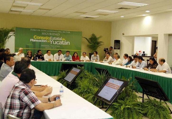 Por su contribución al Plan Estatal de Desarrollo 2012-2018, se entregó reconocimientos a los participantes de la Comisión Sectorial de Seguridad y Certeza Jurídica. (Cortesía)