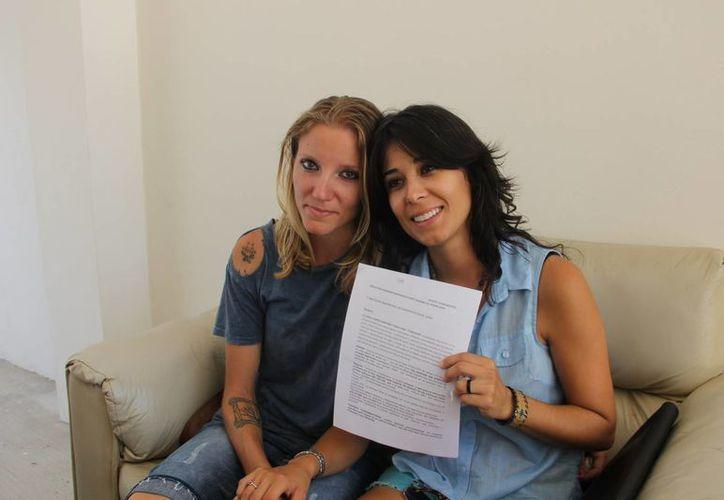 Airaly Fuentes Martínez y Molly Ann Sturdeavant se presentaron con sus documentos ante el Registro Civil. (Rossy López/SIPSE)