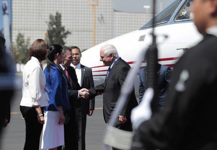 El mandatario panameño Ricardo Martinelli (d) es recibido por una delegación de funcionarios mexicanos en el aeropuerto capitalino, previo a su reunión con el presidente Enrique Peña Nieto. (Notimex)