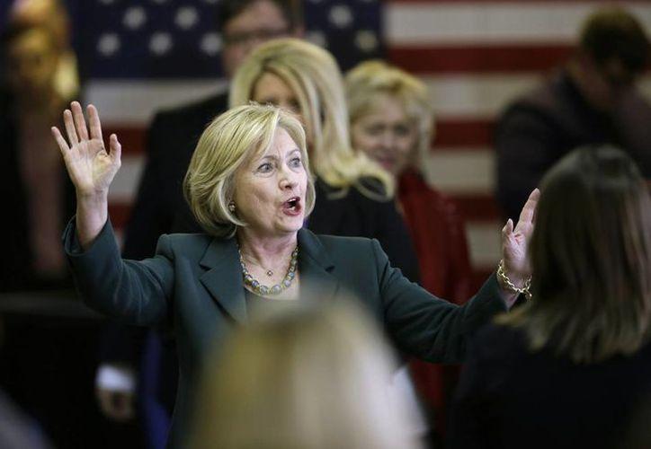 Hillary Clinton, en plena carrera presidencial, se dijo emocionada al conocer el segundo embarazo de su hija Chelsea. (AP)